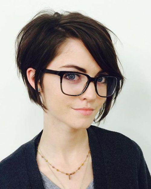 Peinado con pelo corto y flequillo