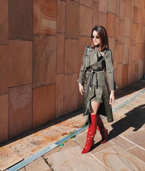 Outfits rojos con botas altas