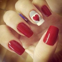 Uñas decoradas con corazón