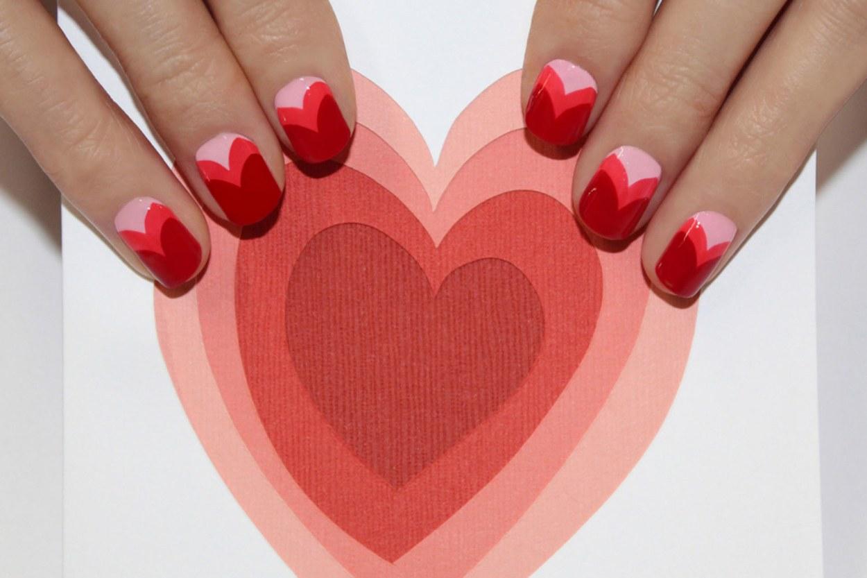 Uñas decoradas con corazones