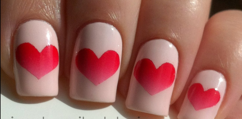 Uñas para el día de los enamorados con corazones degradados