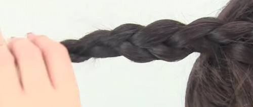 Trenzar el cabello que quede suelto