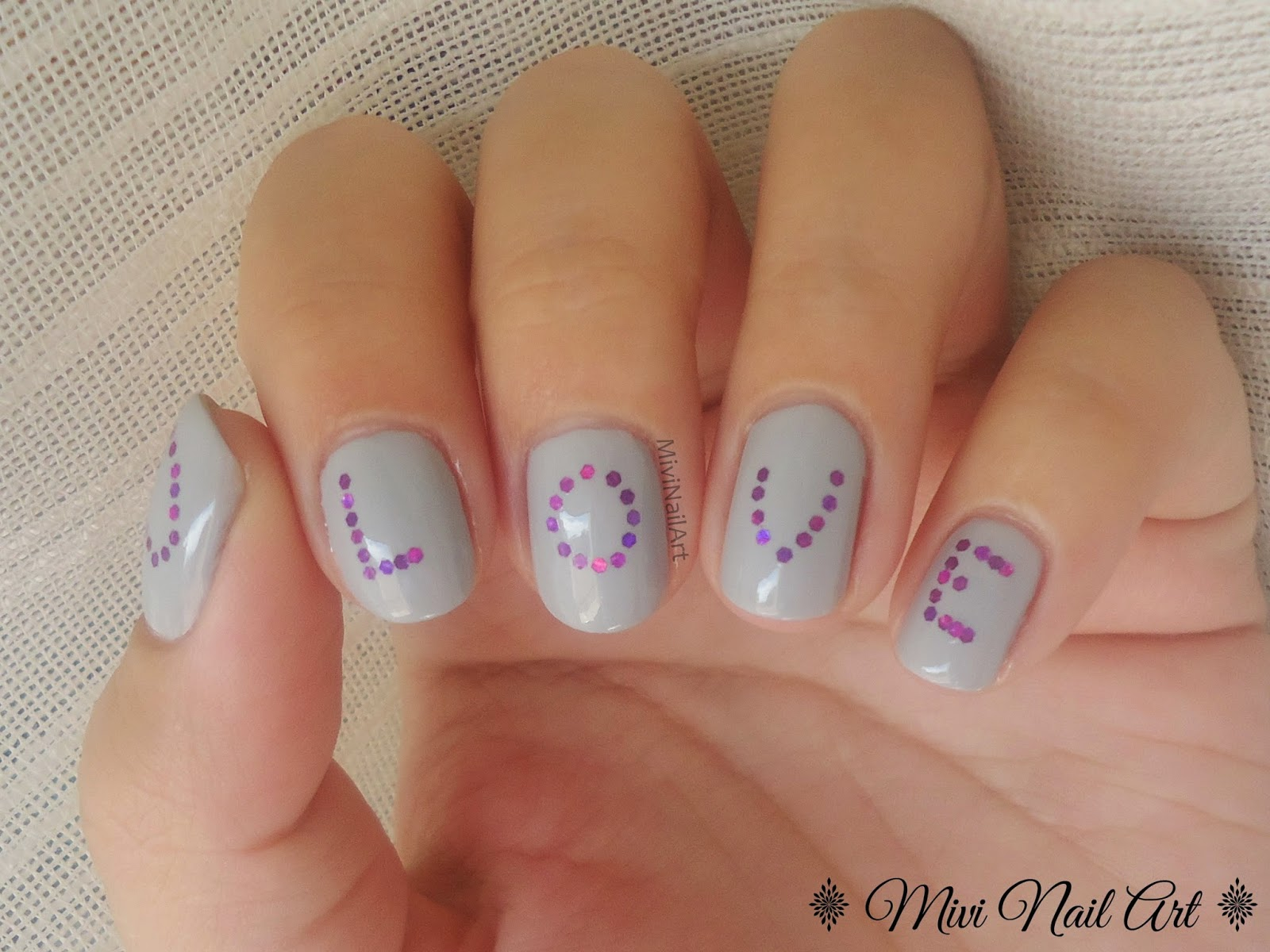 Uñas decoradas con letras LOVE