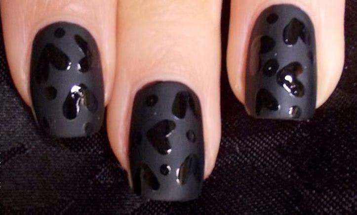 Uñas negras decoradas para san valentín